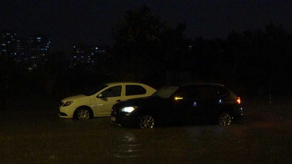 Antalya'da yollar göle döndü, sürücüler araçlarında mahsur kaldı