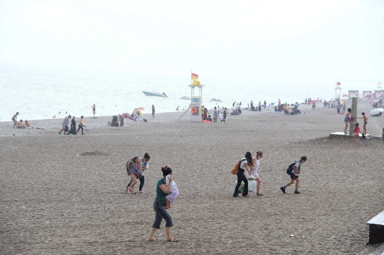 Dünyaca ünlü sahildeki tatilcilere yaz yağmuru sürprizi